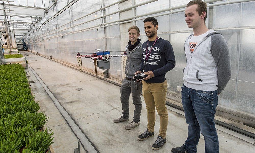 Om in kaart te brengen welk soort data voor glastuinbouwbedrijven interessant is om te verzamelen met behulp van drones en e bestaande database met gegevens en analyses uitbreiden, is Drones in de Kas op zoek naar bedrijven om mee samen te werken.