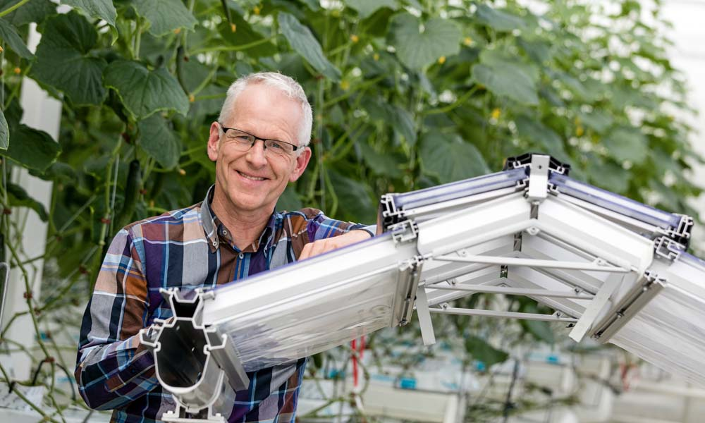 he radiation monitor displays the realistic effects of greenhouse roofs, screens, lighting and other user settings on temperature distribution in the crop